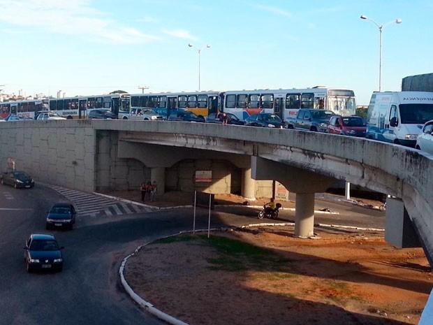 Trânsito lento no viaduto da Urbana, no bairro das Quintas, em Natal (Foto: Kléber Teixeira/Inter TV Cabugi)