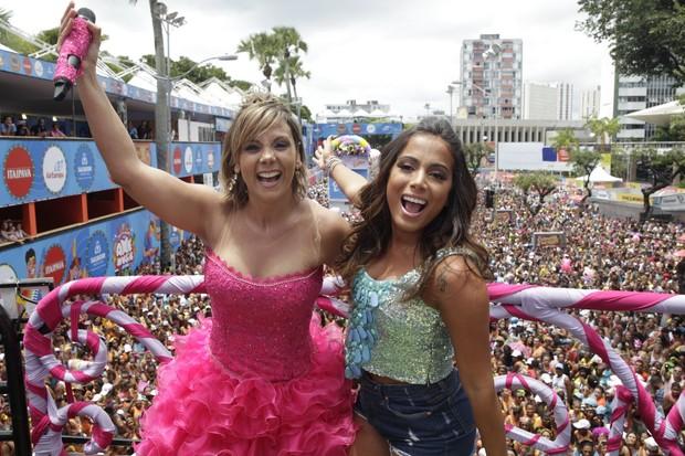 Carla Perez e Anitta no trio elétrico (Foto: Wallace Barbosa/AgNews)