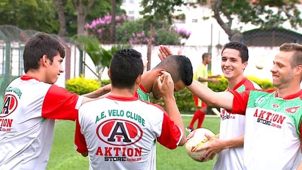 Jogadores do Velo Clube brincam em treino (Foto: Ronaldo Oliveira/ EPTV)