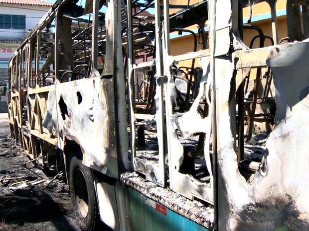 Ônibus foi incendiado após a morte de um jovem no bairro Jardim Carapina, na Serra. (Foto: Reprodução/TV Gazeta)