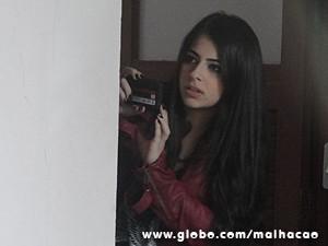 Kamillah vê a cena e grava tudo com o celular (Foto: Malhação / TV Globo)