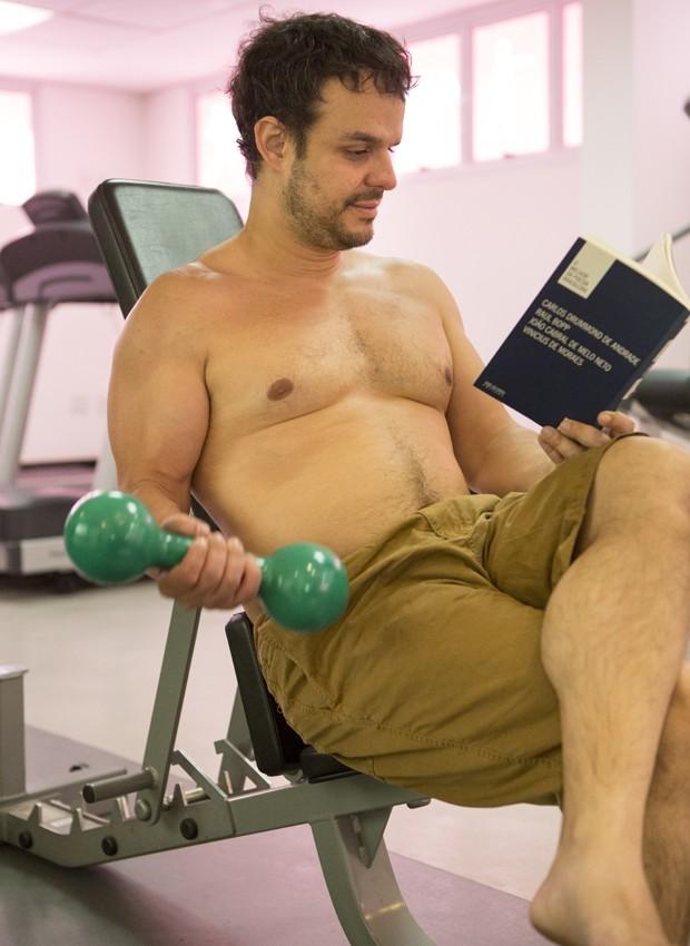 Adrilles com suas duas paixões: leitura e exercício (Foto: Felipe Monteiro / Gshow)
