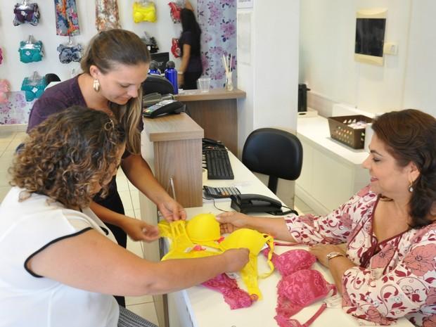 Gorete e colaboradoras conferem mercadoria em loja (Foto: Marcos Ribeiro/TV Morena)