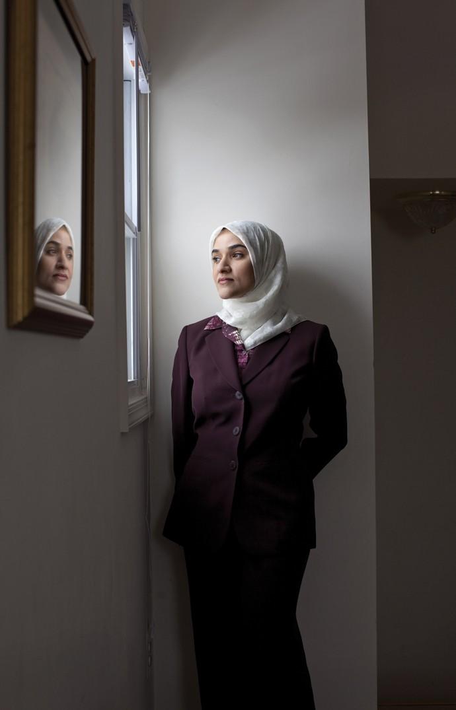 """O QUE É BONITO... Nem sempre precisa ser mostrado. Dalia foi a primeira funcionária a usar hijab na Casa Branca: """"Muçulmanos acreditam que devem tornar privados aspectos de sua beleza física"""". (Foto: Mark Mahaney)"""