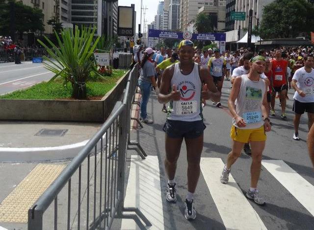 Carateca se prepara fisicamente disputando corridas como a Maratona de São Silvestre (Foto: Reginaldo Damião/ Arquivo Pessoal)