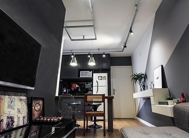 O living deste apê é integrado com a cozinha, deixando o espaço mais amplo com menos paredes (Foto: Divulgação)