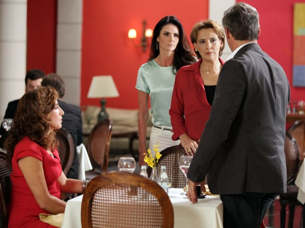 Rachel e Amanda surpreendem o coronel e Wanda em restaurante (Foto: Salve Jorge/TV Globo)