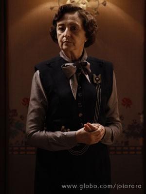 Governanta da mansão, Gertrude comanda a casa com mãos de ferro (Foto: Joia Rara/ TV Globo)