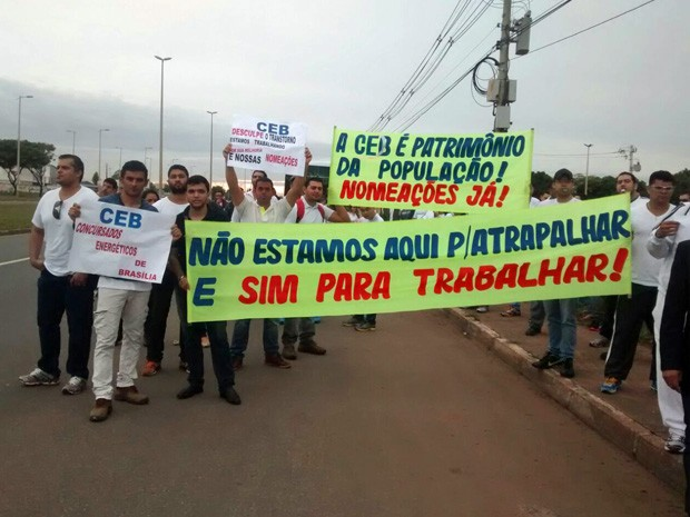 Servidores da CEB em protesto na EPTG nesta quarta (Foto: Isabella Calzolari/G1)
