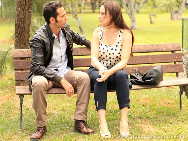 Rebecca conversa sério com Pérsio (Foto: Ellen Soares/ TV Globo)