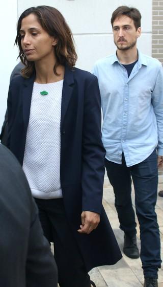 Camila Pitanga e Igor Angelkorte deixam velório de Domingos Montagner (Foto: Thiago Duran/Agnews)