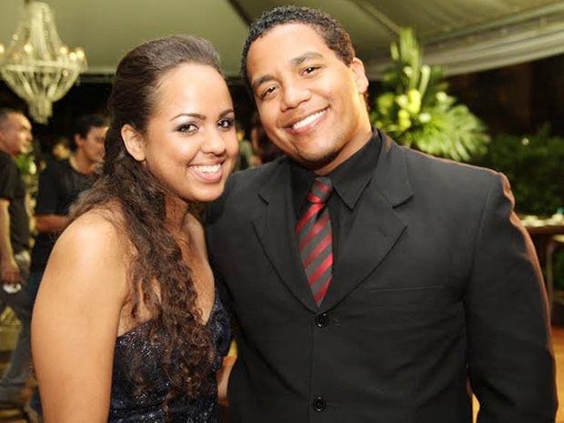 Gustavo e Dayane namoram há cinco anos. Após pedido, casal já tem data marcada para casamento. (Foto: Arquivo Pessoal/Facebook)