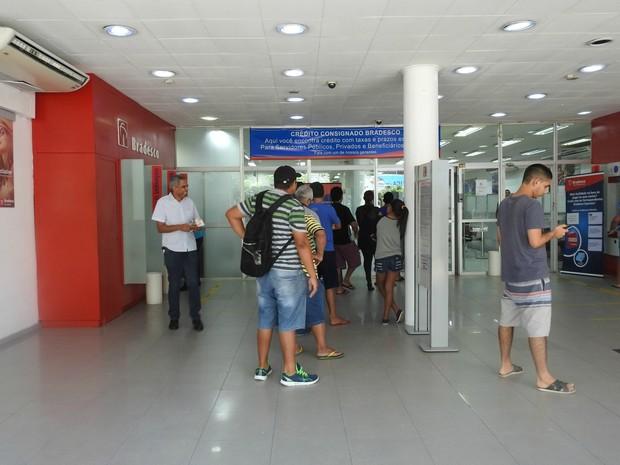Agência do Bradesco na avenida Djalma Batista abriu as 9h30 e teve atendimento rápido (Foto: Ive Rylo/G1 AM)