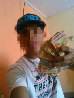 Fotos no celular de suspeito que não tem emprego mostram ele ostentando uma quantidade considerável de dinheiro, diz polícia (Foto: Divulgação/Polícia Militar)