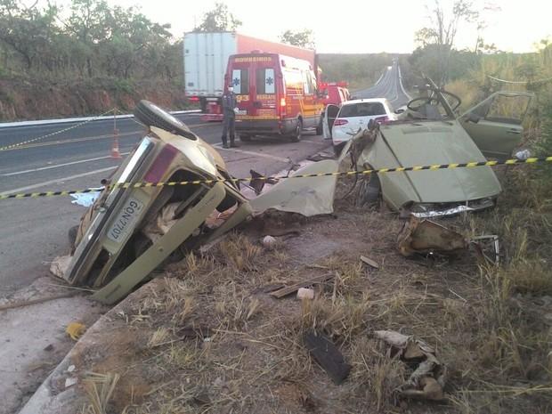 As luzes de um dos veículos estavam totalmente apagadas (Foto: Divulgação / Corpo de Bombeiros)