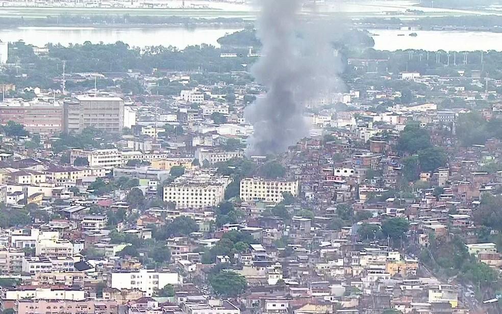 Fumaça negra podia ser vista de vários pontos da cidade  (Foto: Reprodução/TV Globo)