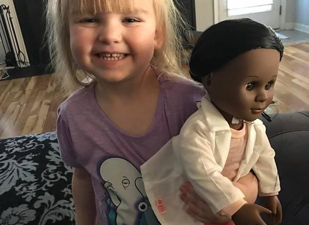 Sophia e sua boneca (Foto: Reprodução/ Facebook Brandi Benner)