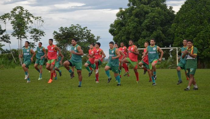 Galvez segue com treinos técnicos e avalia atletas (Foto: Quésia Melo)