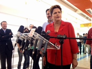 A presidente Dilma Rousseff ao lado do candidato a governador Agnelo Queiroz em estação do BRT no Gama (DF) (Foto: Filipe Matoso / G1)