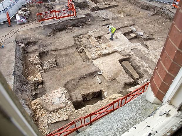 Visão de cima do local das escavações, em estacionamento de Leicester (Foto: Universidade de Leicester)