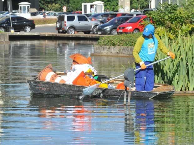 Barco retira lixo e objeto de dentro do espelho d'água do Itamaraty na manhã desta sexta(21) (Foto: Antonio Cruz/ABr)