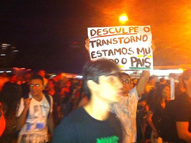 Com cartazes, manifestantes cruzam avenida em Vitória. (Foto: Victória Varejão / G1 ES)