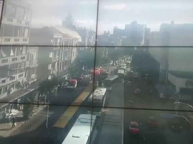 Imagem de câmeras de monitoramento mostram atendimento a incêndio em Porto Alegre (Foto: Divulgação/Carris)