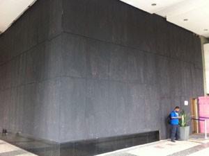 Edifício da Anac é completamente coberto por tapumes. (Foto: Cristiane Cardoso/G1)