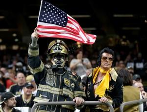Torcedor do New Orleans Saints vestido de bombeiro com a bandeira americana (Foto: Reuters)