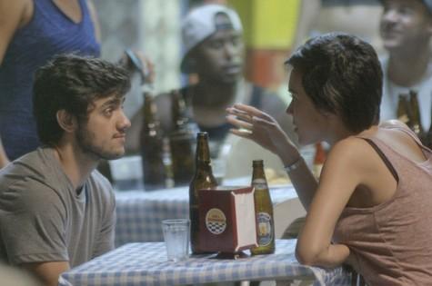 Jonatas (Felipe Simas) e Leila (Carla Salle) (Foto: Reprodução)