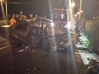 Três ficam feridos após carro bater em poste em Tremembé, SP