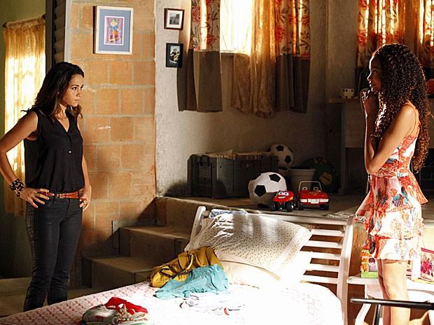 Morena e Sheila são obrigadas a conter a alegria (Foto: Salve Jorge/TV Globo)