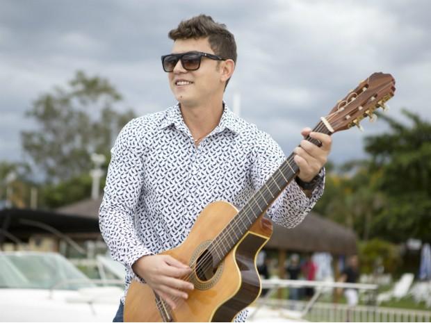 O cantor Thiago Nascimento é uma das atrações desta sexta-feira (27) na Expoestados, no DF (Foto: Bruno Santiago/Divulgação)