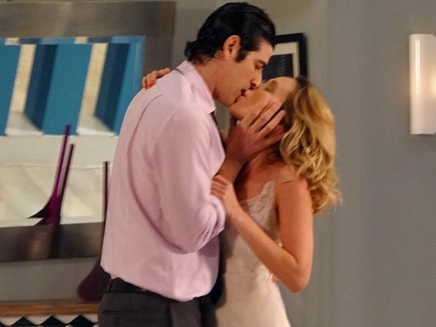 Nando e Juliana não conseguem brigar e se beijam (Foto: Guerra dos Sexos / TV Globo)