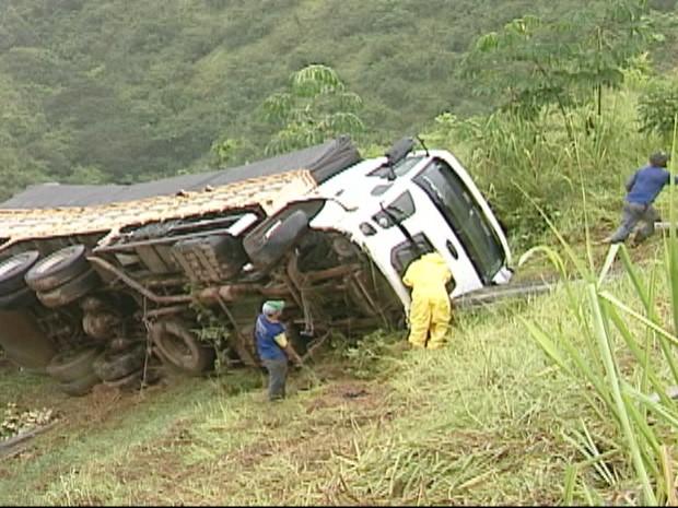 Caminhão tombado na ribanceira após o acidente (Foto: Reprodução / TV Integração)