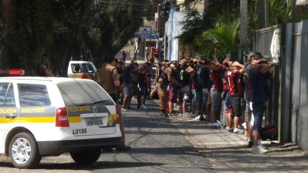Torcedores do Atlético-PR são revistados pela Polícia Militar (Foto: GLOBOESPORTE.COM)