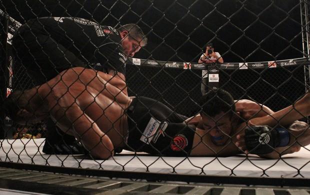 Bruno Beirute aplica chave de braço em Rafael Alves (Foto: Leonardo Fabri / Jungle Fight)