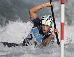 Ana Satila compete na canoagem slalom (Foto: AP)
