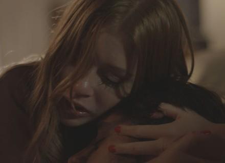 Eliza vai com Jonatas para o hospital após ataque de Dino