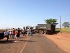 Moradores fecham rodovia PR-556 em protesto contra má conservação