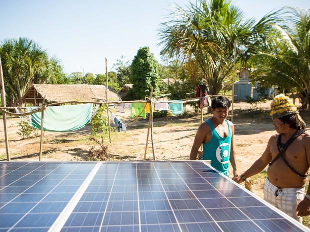Indígenas Munduruku observam a instação das placas solares. (Foto: Divulgação/ Otávio Almeida/ Greenpeace)