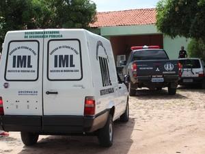 Viatura do IML fez a remoção do corpo da vítima (Foto: Gil Oliveira/ G1)
