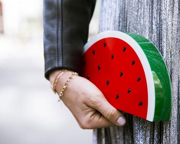 As bolsas divertiras foram um destaque na moda (Foto: Imaxtree)