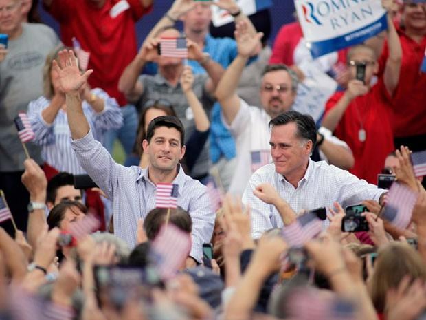 Ryan e Romney interagem com eleitores em Waukesha, no Wisconsin (Foto: Darren Hauck/AFP)