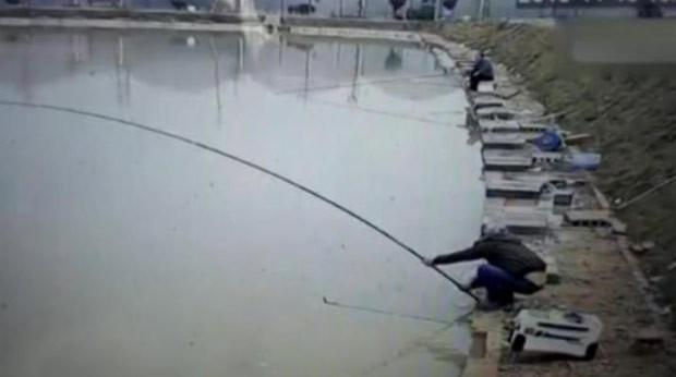 Cena foi registrada em lago na província de Huna (Foto: Reprodução/YouTube/The Quint)