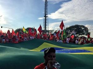 Grupo marcha em Brasília em direção ao Congresso Nacional levando à frente a bamdeira do Brasil (Foto: Alexandre Bastos/G1)