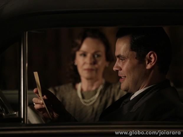 Manfred recebe carta-testemunho que prova que Ernest é o assassino de Catarina (Foto: Fábio Rocha/TV Globo)