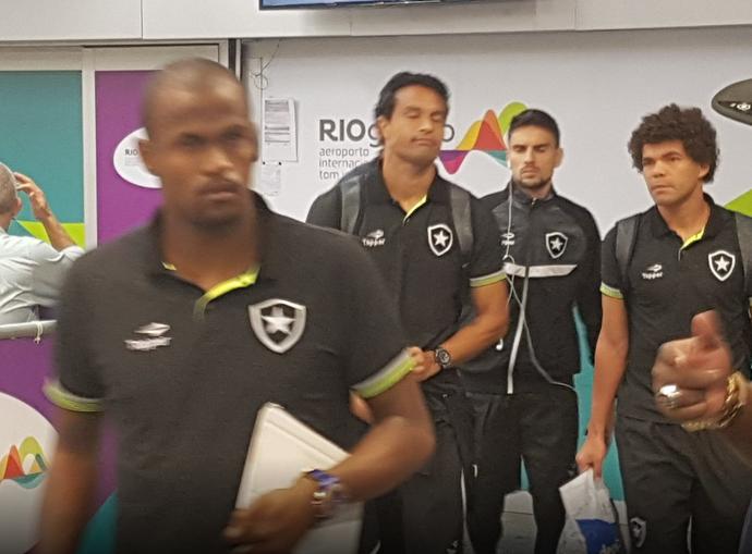 Desembarque Botafogo (Foto: Marcelo Baltar / GloboEsporte.com)