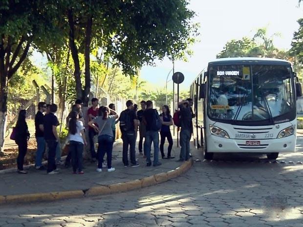 Ônibus Unifei-MG (Foto: Edson de Oliveira / EPTV)