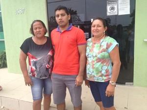 Elizabeth Maciel, mãe de Pablo; Gerson Broni, irmão de Anderson e Maria Elizete, mãe de Pedro (Foto: Karla Lima/G1)